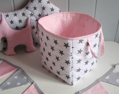 Caja para juguetes, pañales  de Ifffka por DaWanda.com Baby Storage Baskets, Fabric Storage Bins, Fabric Boxes, Baby Girl Quilts, Girls Quilts, Easy Sewing Projects, Sewing Crafts, Fabric Basket Tutorial, Baby Deco