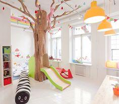 Si queréis crear espacios dinámicos y amplios optar por el predominio del color blanco, tanto en paredes como en suelo, que además dan luminosidad a los espacios. No obstante, si queréis que haya una lluvia de optimismo es muy importante agregar muchos toques de tonos de diferentes colores vibrantes, para que den aún más alegría a la zona infantil. Reservad una pared exclusivamente para que vuestros pequeños pinten en ella y se diviertan haciendo ilustraciones. Fuente: decopeques.com