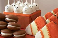 45 Edible Decoration Ideas for Halloween Cakes and Cupcakes Family Holiday Ghost cake pops! Halloween Desserts, Halloween Chic, Halloween Candy Buffet, Dulces Halloween, Diy Halloween Food, Bonbon Halloween, Postres Halloween, Halloween Goodies, Halloween Trick Or Treat
