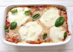 Repin this pin!   Macaroni ovenschotel met tomatensaus, basilicum, Grana Padano en Mozzarella   Het lekkerste recept vind je op Alles Over Italiaans Eten