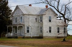 Old Abandoned Buildings, Abandoned Mansions, Old Buildings, Abandoned Places, Haunted Places, Fixer Upper House, Old Farm Houses, Amazing Spaces, Cabins In The Woods