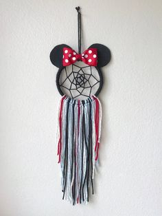 4 Minnie Mouse dream catcher This mini Minnie Mouse dream catcher . - 4 Minnie Mouse dream catcher This mini Minnie Mouse dream catcher is on a 4 hoop (so - Disney Diy, Disney Crafts, Baby Disney, Homemade Dream Catchers, Dream Catcher Craft, Dream Catcher Boho, Dream Catcher Patterns, Crafts To Make, Arts And Crafts