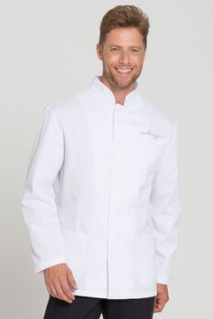 This slim fit service jacket in white has a classic style and a slightly waisted cut. A stand-up collar with fashionable decorative stitching in tone in tone color and a hidden button placket with one visible button on the neckline compliment the chef's jaket visually. With two sewn-on pockets on both hips and a breast pocket on the left side. Made from a high-grade, soft and easy-care mixed fabric.