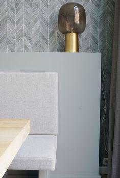 Interieurontwerp en styling door www.danielleverhelst.nl in Breda. Eetbank met stoere tafel met zwarte poten, behang in chevron print en lambrisering achter de bank. Cognac stoelen. Bank Cognac, Chevron, Prints