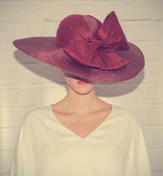 Chapéus de aba larga: modelos elegantes para convidadas com estilo Image: 18
