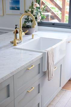 Kitchen decor and kitchen ideas for all of your dream kitchen needs. Modern kitchen inspiration at its finest. Home Decor Kitchen, Diy Kitchen, Home Kitchens, Kitchen Ideas, Kitchen Layout, Rustic Kitchen, Small Kitchens, Kitchen Hacks, Modern Kitchens