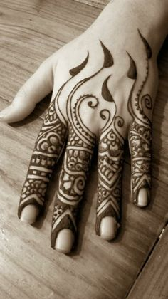 Henna is an immortal fashion trend to beautify girl's hands. Henna remains inn in fashion from ancie Mehndi Tattoo, Henna Tattoo Designs, Mehandi Designs, Henna Body Art, Henna Art, Body Art Tattoos, Beautiful Henna Designs, Beautiful Mehndi, Art Indien