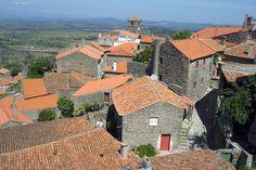"""Monsanto - Entre a Serra da Gardunha e o rio Ponsul ergue-se a aldeia histórica de Monsanto, considerada a """"aldeia mais portuguesa de Portugal"""". Como quase todas as outras aldeias, foi totalmente construída em pedra granítica e por ela passaram romanos, mouros e árabes."""