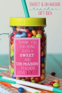 Sweet and Uh-Mason Teacher gift ideas - free prints. For L's teacher! Mason Jar Gifts, Mason Jar Diy, Mason Jar Tumbler, Teacher Thank You, Thank You Gifts, Teacher Christmas Gifts, Teacher Gifts, Chocolates, Presents For Teachers