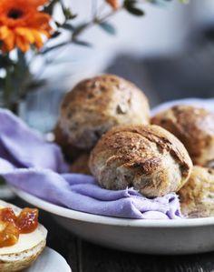 Bag en bolle med fylde og masser af smag. De kernesunde boller er bagt med grahamsmel og solsikkekerner, som gør dem grove og ekstra gode. Få opskriften her!