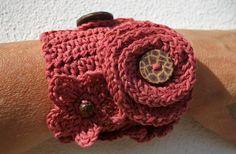Bracelet manchette fleurs rouge brique au crochet