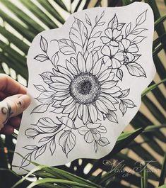 La imagen puede Contener: planta y flor bloem tatoeages - kleine bloem tatoeages - bloem tatoeages mouw - lotusbloem tatoeages - bloem tatoeages acuarela - bloem tatoeages vintage - bloem tatoeages op Shou Flower Mandala Tattoo, Sunflower Tattoo Sleeve, Sunflower Tattoo Shoulder, Sunflower Tattoo Small, Sunflower Tattoos, Sunflower Tattoo Design, Sunflower Drawing, White Sunflower, Vintage Blume Tattoo