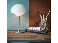 Deze tafellamp wordt net als de anderen in de Motown-serie gekenmerkt door retro uiterlijk. Het rasterwerk zorgt voor een indrukwekkende verdeling van het licht. Herstal Motown Table is te bedienen met een trekschakelaar.