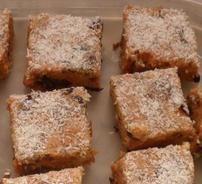 Bestanddele: 200 g botter of margarien 250 ml karamel kondensmelk 250 g glansvrugte mengsel (enige droee vrugte werk ook hier. Ek het sommer vrugtekoekmengsel gebruik, dit vir 'n rukkie gewee… Baking Recipes, Cookie Recipes, Dessert Recipes, Condensed Milk Recipes, No Bake Bars, Caramel Recipes, Biscuit Recipe, How Sweet Eats, Sweet Recipes
