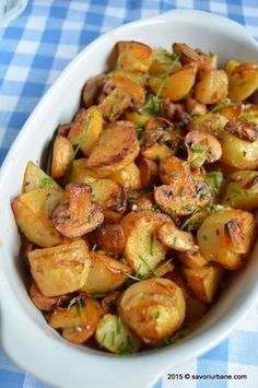 Cartofi noi la cuptor cu ciuperci Savori Urbane (10) Vegetable Recipes, Vegetarian Recipes, Cooking Recipes, Healthy Recipes, Romanian Food, Home Food, Healthy Meal Prep, Food Design, Food Inspiration