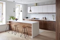 ▷ 1001 + alternative for a fantastic kitchen wall covering - white and wood kitchen decoration, kitchen layout idea with walls or white marble imitation worktop - Kitchen Room Design, Modern Kitchen Design, Home Decor Kitchen, Interior Design Kitchen, New Kitchen, Home Kitchens, Modern Kitchens, Awesome Kitchen, Kitchen Small