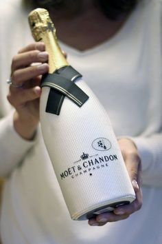 Moet & Chandon French Champagne in Winter White. Moet Chandon, Cocktails, Cocktail Drinks, Alcoholic Drinks, Champagne Moet, Champagne Bottles, Impression Etiquette, Fancy, Sparkling Wine
