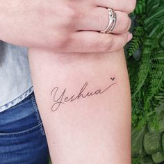 Who said tattoo is sin? And if the tattoo is to represent even more faith? See now inspirations of religious tattoos. Cute Tiny Tattoos, Dainty Tattoos, Pretty Tattoos, Mini Tattoos, Unique Tattoos, Bible Tattoos, Verse Tattoos, Jesus Tattoo, Yahweh Tattoo