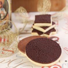 Prachtige koekjes met een heerlijke chocolade laagje maak je gemakkelijk met dit recept! Deze koekjes zullen ook schitterend staan tijdens een high tea of op een sweet table.