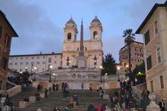 La caratteristica principale della scalinata è la sua asimmetria rispetto alla chiesa che sorge alla sua sommità.
