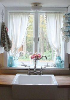 rideau cuisine opaques et blancs décorés de mini-pompons