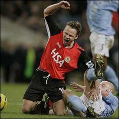 Man City 1 Blackburn Rov 1 in Nov 2004 at Eastlands. Danny Mills was sent-off for this lunge at Paul Dickov Danny Mills, 2000s, Lunges, Football, Running, City, Sports, Fashion, Hs Football
