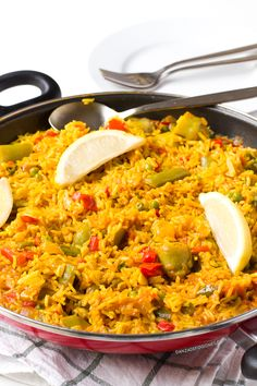 Paella is one of the most famous Spanish dishes. Vegan Spanish paella is delicious. It's also cheaper, lighter and healthier than the traditional one. Vegetarian Paella, Veggie Recipes, Vegetarian Recipes, Cooking Recipes, Healthy Recipes, Antipasto Recipes, Tapas Recipes, Spanish Dishes, Gastronomia