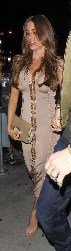 Who made  Sofía Vergara's tan ribbed dress?