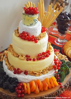 """O """"bolo de queijos"""" (5 tipos de queijos) decorados com cachinhos de groselha in natura, frutas secas e nozes."""