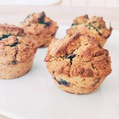 Rien de tel que de succulents muffins aux myrtilles pour déjouer un temps un peu morose🌦️  Et bien sûr, sans gluten, sans lait, à faible IG🌟   Je vous livre la recette pour 6 muffins   - 125 g de mix de farine : j'ai mis 40g de farine de châtaigne, 40g de farine de coco, 45g de farine de riz complet  - 1 oeuf (en version vegan, on peut le remplacer par 1 CS de graines de chia moulues avec 3 CS à d'eau)  - 50g de sucre complet (rapadura)  - 125 ml de lait végétal (amande… Gluten, Vegan, Breakfast, Food, Milk, Sugar, Recipe, Brown Rice, Chia Seeds