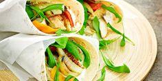 Sipaise broilerileikkeiden pintaan 1 rkl rapsiöljyä ja mausta ne molemmin puolin suolalla, mustapippurilla ja paprikajauheella. Grillaa leikkeet kypsiksi ja viipaloi ne. Paloittele paprikat ja fenkoli ja kääntele niihin kulhossa 1 rkl rapsiöljyä. Grillaa myös kasviksia muutama minuuttia tasoparilalla. Revi salaatti ja rucola sopiviksi paloiksi. Sekoita kastikkeen ainekset ja anna makujen tasaantua hetki. Kerää tortilloille broileriviipaleita, kasviksia, salaattia ja rucolaa sekä kastiketta…