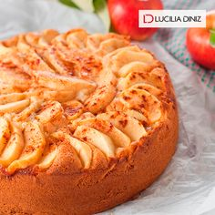 BOLO LIGHT para comer à vontade: feito sem farinha, ele tem pouquíssimas calorias e é muito fácil de fazer! Veja a receita http://luciliadiniz.com/bolo-de-maca-sem-farinha/