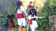 """Carnaval en Alija del Infantado, León (España) - Los """"jurrus""""  van vestidos de blanco con cascabeles a la cintura, terroríficas máscaras y enormes tenazas de madera con las que sujetan por los pies a la gente. Su origen se remonta a tiempos prerromanos."""