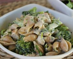 21 Day Fix friendly Mac & Cheese with Chicken and Broccoli! This is AMAZING! It's a clean, healthy dinner you can make even on a weeknight, or make ahead of time! Such a delicious recipe that will satisfy your need for comfort food!