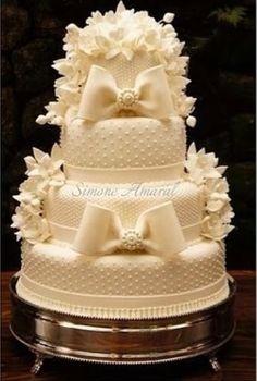 Dicas para noivas e debutantes para fazer um evento de luxo: Bolo de casamento famoso da Simone Amaral