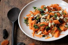 Vegetarian Moroccan Meal Ideas: A delicious combination of Moroccan flavors can be found in this Carrot, Chickpea, Dried Fruit and Almond Salad. Light Recipes, Side Dish Recipes, Vegetable Recipes, Vegetarian Recipes, Healthy Recipes, Morrocan Food, Moroccan Salad, Moroccan Carrots, Food Inspiration