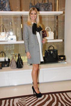 look clássico e elegante: vestido branco, casaco pied de coq, laço de veludo e scarpin preto