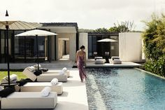 Perched up high on limestone cliffs that stretch down to the sea below, Bali's Alila Villas Uluwatu is the ultimate place to get away, relax and rejuvenate. These exquisite villas are anything but ordinary with sweeping views of the ocean and Backyard Pool Designs, Swimming Pool Designs, Pool Landscaping, Backyard Patio, Alila Villas Uluwatu, Moderne Pools, Backyard Renovations, Resort Villa, Outdoor Pool