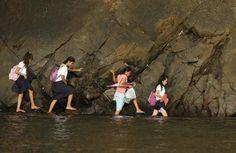 Manila, Filippine. Alcune studentesse del villaggio di Kawag devono attraversare quotidianamente una scogliera rocciosa per arrivare a scuola