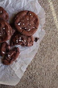 De här kakorna är helt livsfarliga! En seg och chokladig cookie som smakar kladdkkaka, i kakan gömms en härlig nutella och dessutom på toppen så finner du havssalt som förhöjer alla smaker. Den mörka chokladen går att bytas ut mot ljust choklad om du hellre föredrar det.Receptet kommer ifrån talangfulla Top with cinnamon. En härlig bakblogg med härliga [...]