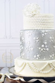 Plata pastel de boda de encaje por Juniper Cakery
