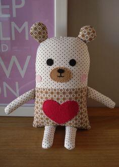 Naninha urso confeccionada em tricoline, não apresenta riscos ao bebê, pois todos os seus detalhes de rostinho são em feltro e bordado. Possui 18 cm de altura e 12 de largura, sem contar braços, pernas e orelhas. R$ 35,00