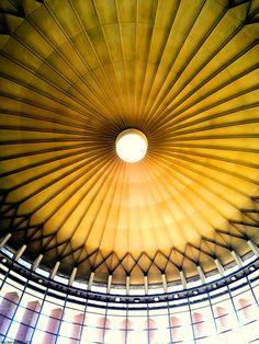 Cúpula de la estación de cercanías de Atocha. Rafael Moneo fue su arquitecto. Se comunica con la antigua marquesina de la estación. Dome of the Cercanías station of Atocha by Rafael Moneo that communicates with the old marquee of the station