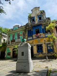 Rio is one of those cities with a real wow-factor, thanks to it's spectacular natural setting. Let's find out what are the places to visit in 48 hours. Colonial Architecture, Places To Visit, Mansions, House Styles, City, Home Decor, Rio De Janeiro, Decoration Home, Room Decor