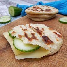Deze yoghurtbroodjes zijn heel erg simpel om te maken. Je hebt er maar 4 ingrediënten voor nodig & ze hoeven niet te rijzen! Ze lijken wel wat op naan of pitabroodjes / yoghurtbread / #bread #pitabread #pitabroodje #naan #brood - Het keukentje van Syts