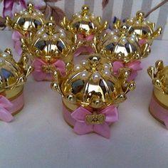 Potinho de coroa personalizados prontos para viajar ✈️e decorar a festa de um aninho tema coroas da filha @karolineusa26  Ctt whatap 062-9236-2261 #festademenina #decoracaoinfantil #kidsdecor #festa1ano #festaprincesa #festacoroarosa
