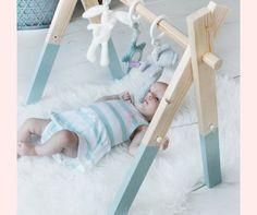 Babygym zelfmaken hoeft helemaal niet moeilijk te zijn Diy Bathroom Vanity, Rustic Bathroom Vanities, Diy Baby Gym, Diy Store, Diy Woodworking, Deco, Baby Room, Crochet Baby, Diy Furniture