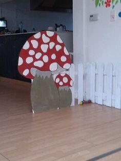 Paddenstoel voor het snoezelhoekje in de kinderopvang. Zelf gemaakt. Op elke stil kleeft velcro om 's morgen tijdens het onthaal een foto van de aanwezige kindjes te hangen. Ze mogen hun eigen foto op een stipje kleven.