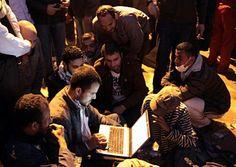 Giovani egiziani collegati a Internet via portatile durante una manifestazione a piazza Tahrir, 2011.