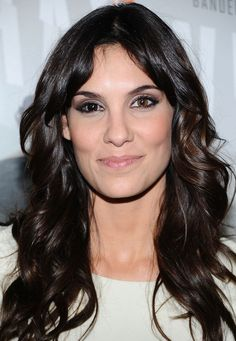 She plays Kensi Blye in the CBS series NCIS: Los Angeles. Daniela Ruah Eye, Hot Actresses, Beautiful Actresses, Serie Ncis, Kensi Blye, Stunning Brunette, Tv Girls, Celebrities Before And After, Layered Cuts